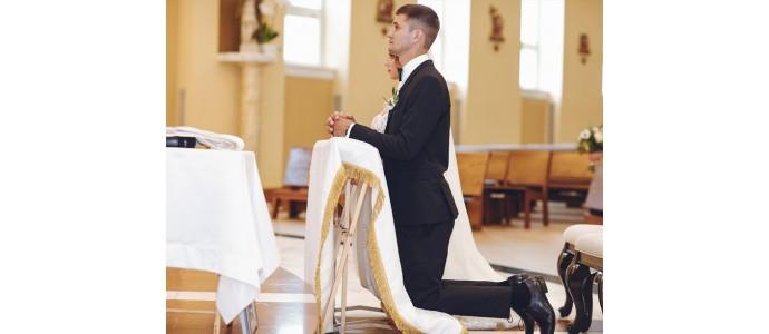 Svadobné šaty pred oltárom